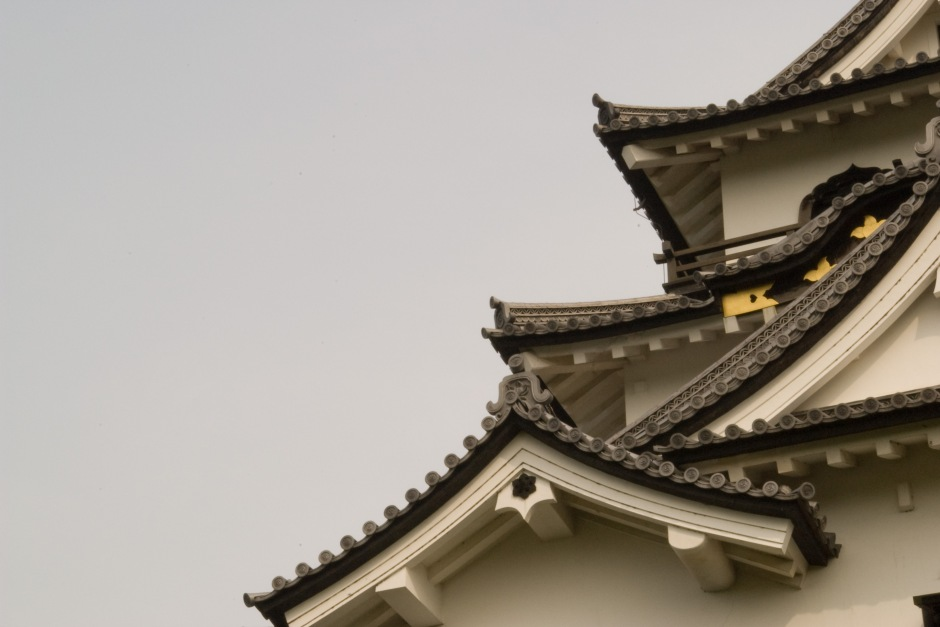 A closer view of the architecture of Hikone Castle