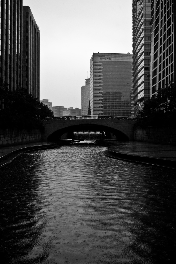 Raindrops disturb the Cheonggyecheon