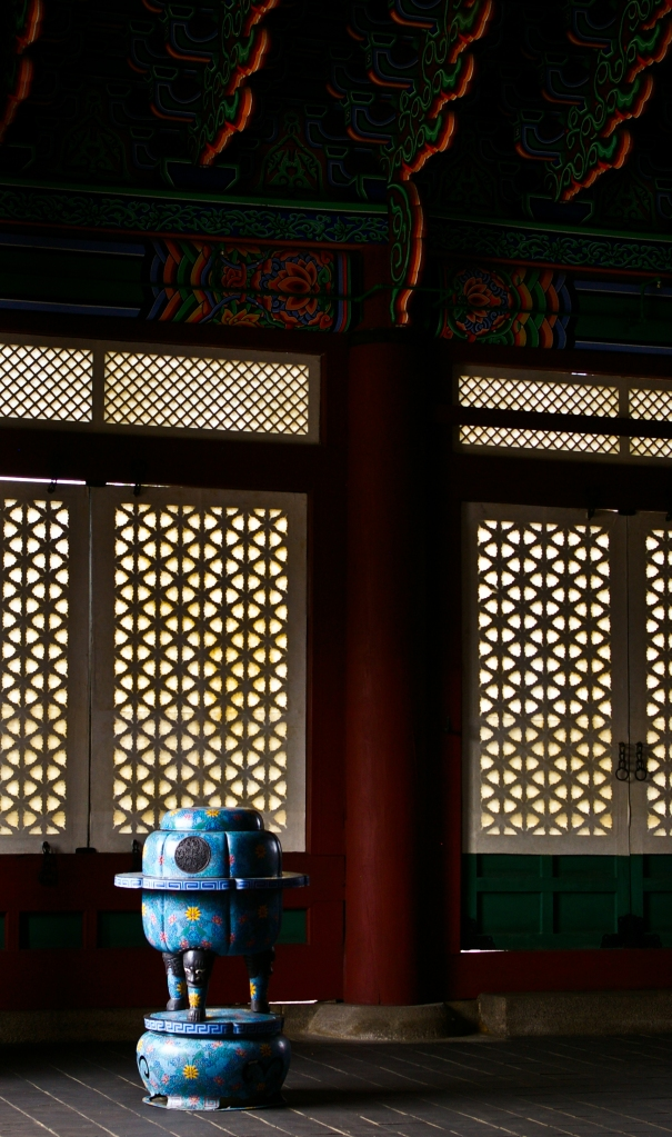 A piece of ceramics stands solitary in Gyeongbokgung