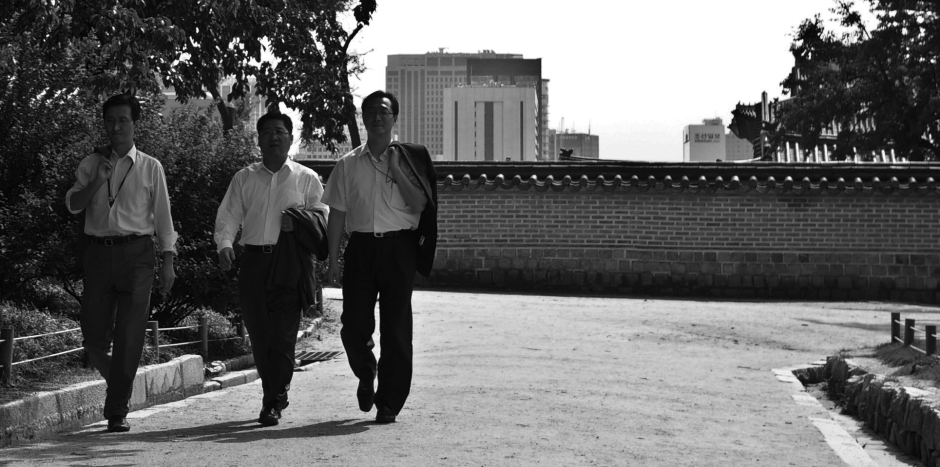 Business men take a walk inside the palace walls of Gyeongbokgung