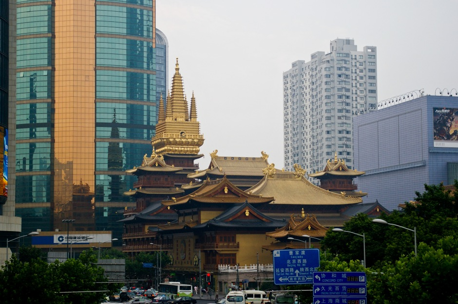 The sharp contrast of Jing'an Temple in Shanghai